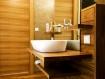 bad-waschbecken-badezimmer-holz