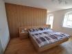 schlafzimmer-doppelbett-holz-rückwand